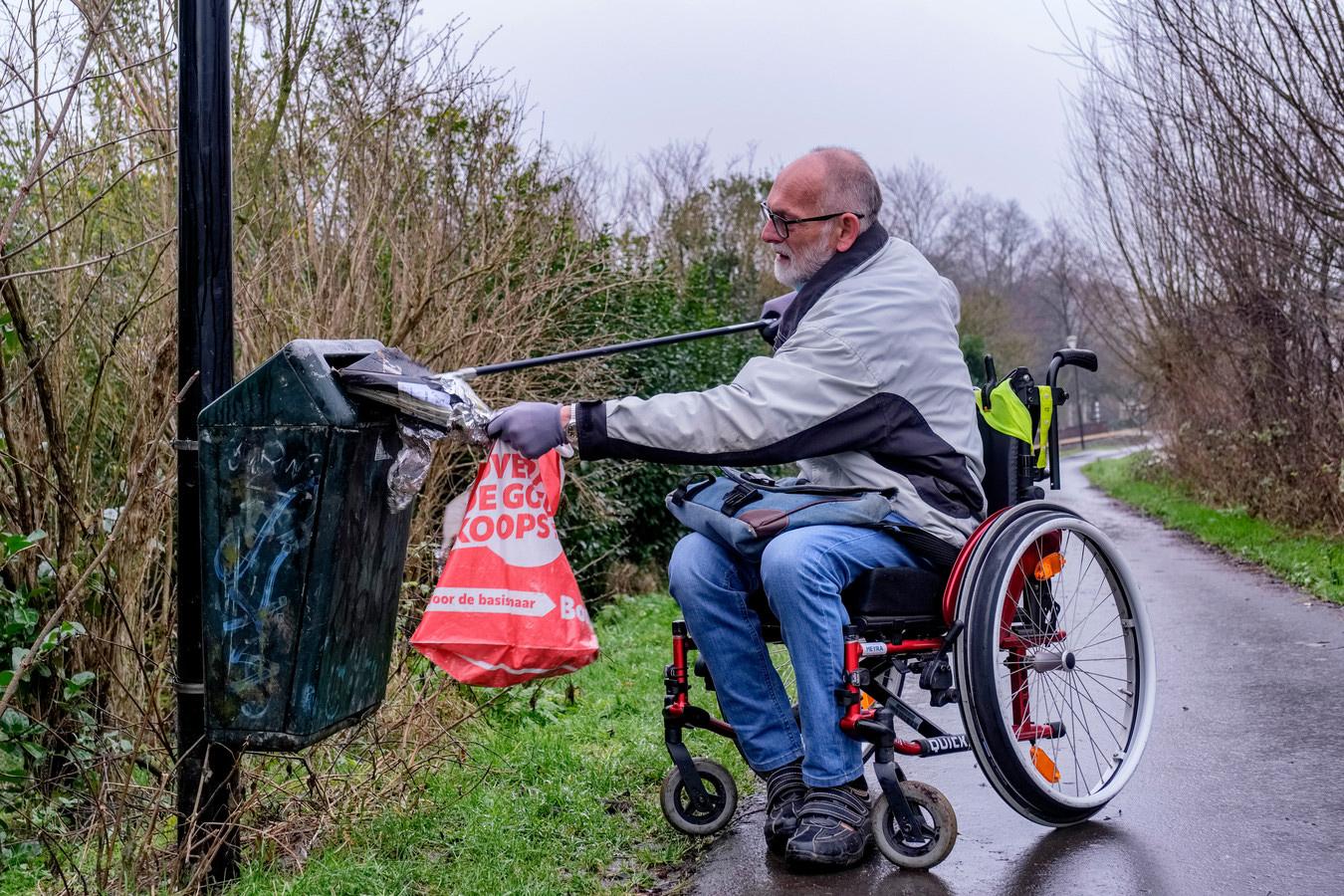 Afval ruimen in je rolstoel, dat doet Leo Hesselmans uit Mijdrecht bijna dagelijks © Marlies Wessels