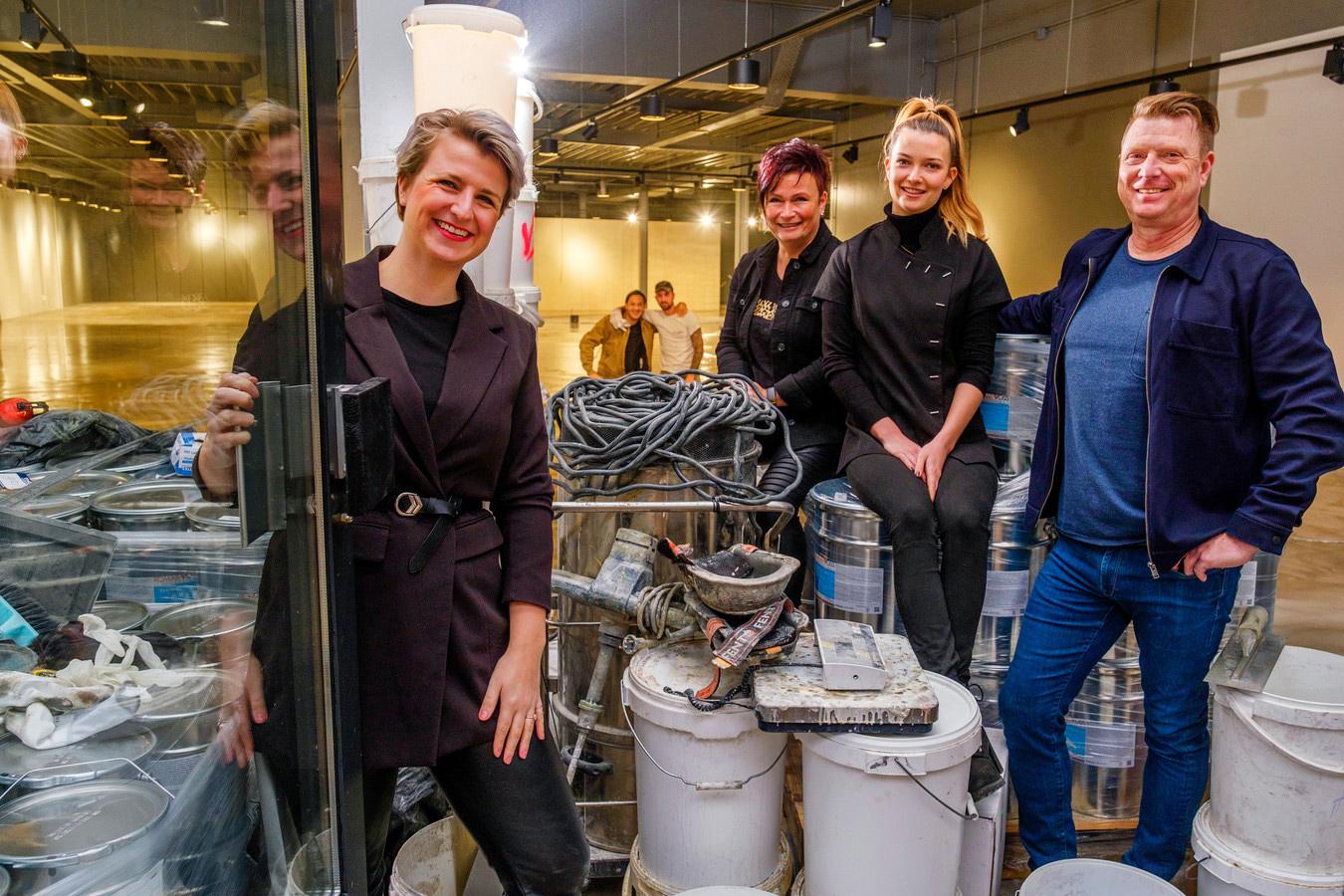 Manager Fleur Janmaat (l), eigenaren Petra Heideman en Ron Wijburg met hun dochter Kim Wijburg van De Loods Fashion.