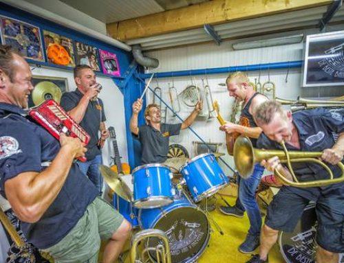 Beste Band van Vinkeveen op dak stamkroeg Rowwen Hèze