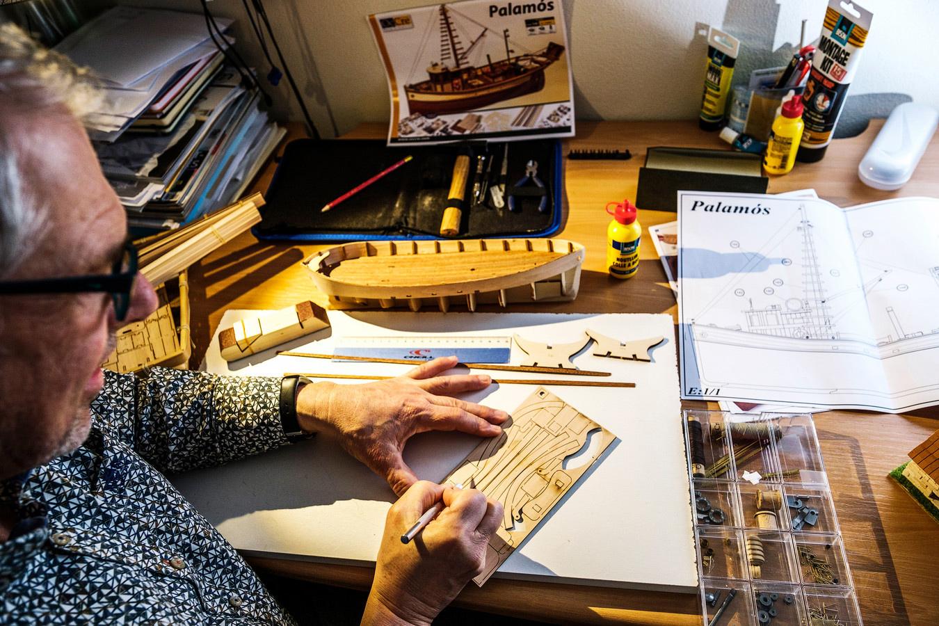 Modelbouw als hobby is een groot succes tijdens deze lockdown: Harry de Haan kreeg een pakket van zijn lieve vrouw voor zijn 60e verjaardag. © Marlies Wessels