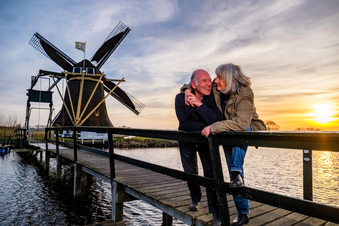 Molenaarskoppel op op het liefdesbruggetje. Judith Brandon (70) en haar molenaar Arno Gouwbitz (77). © Marlies Wessels